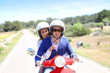 Alegre pareja en Moto de alquiler por Ibiza